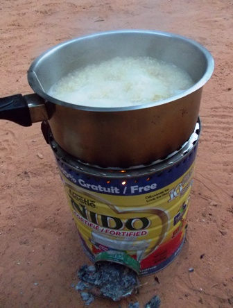 En pleine cuisson de riz burkinabé !
