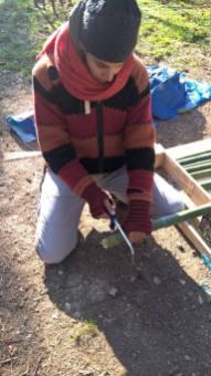 Découpe avec une scie à bois (petites dents) ou à métaux, près des nœuds