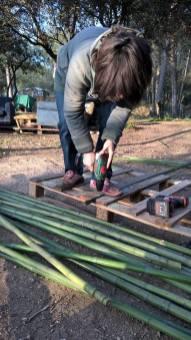 Perçage avec une mèche bois Ø4-5mm sur une planche pour éviter de fissurer le bambou