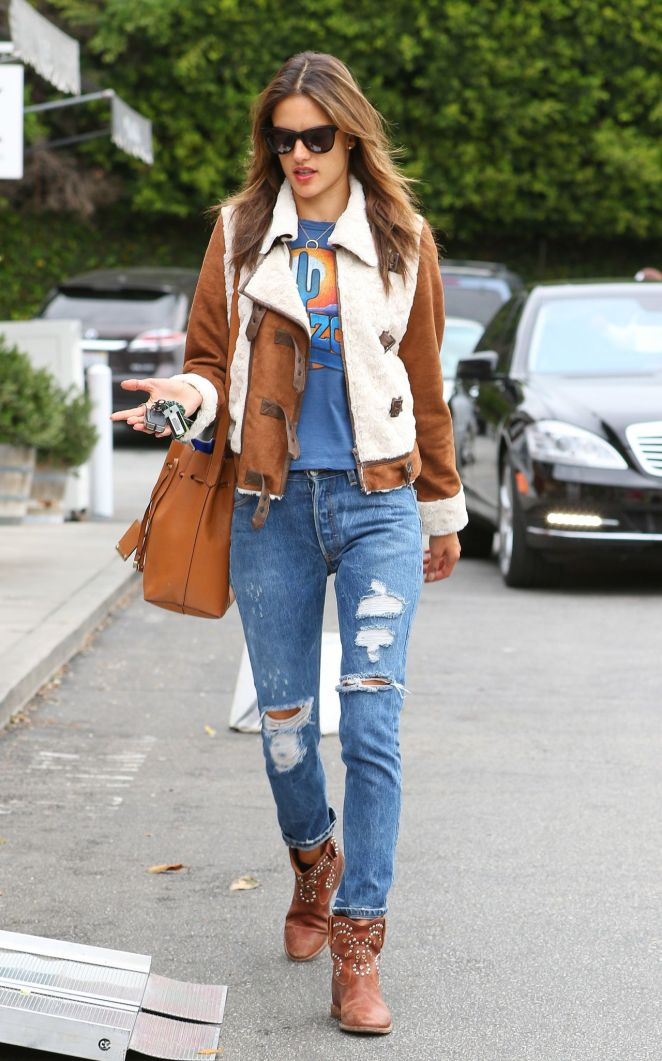alessandra-ambrosio-in-ripped-jeans-02