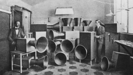 Instrumentos hechos por Russolo, foto publicada en su libro The Art of Noises, 1913