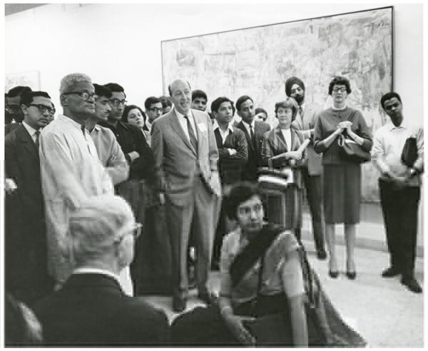 """Clement Greenberg hablando en Nueva Delhi en 1967 en una presentación de la exposición """"Two"""" del MoMA."""