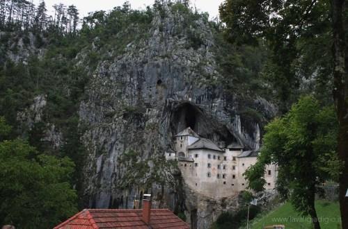 castello di predjama slovenia copertina