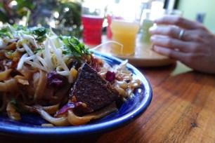 Le pad thai avec tempeh local Smiling Hara.