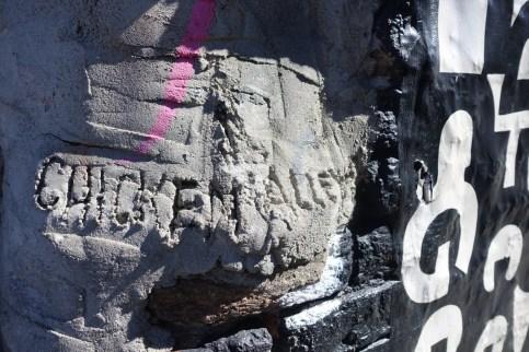C'est au coin de l'immeuble, gravé à même le ciment, que se trouve le nom de cette « ruelle ».