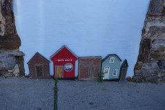 Le long de la rue Woodfin, vous trouverez une série de mini maison à même le bas des immeuble.