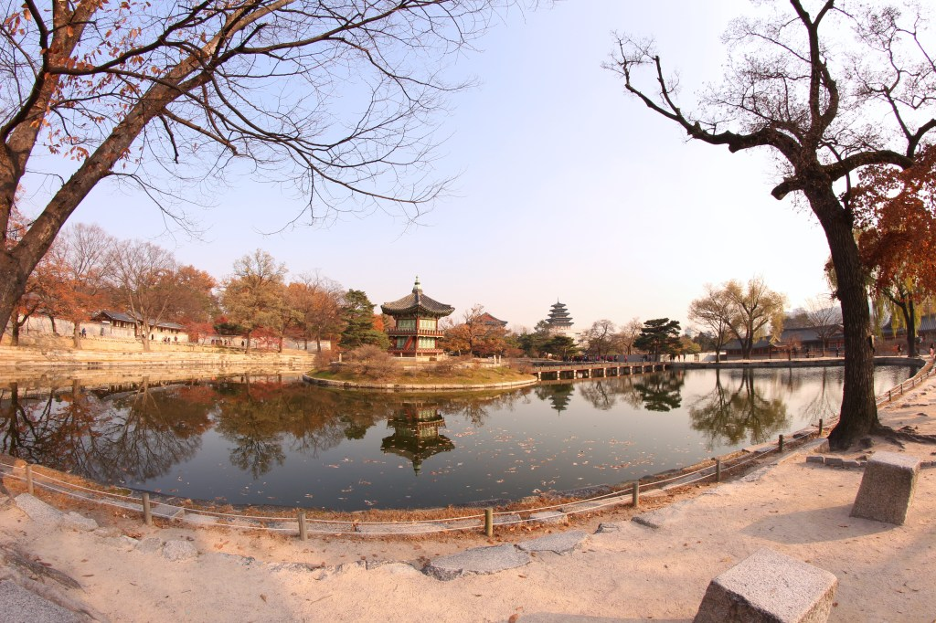 gyeongbokgung palace lake