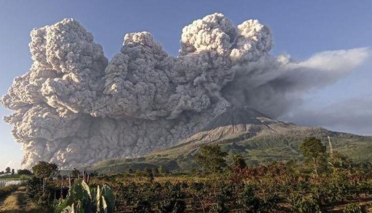 El volcán Sinabung en plena actividad