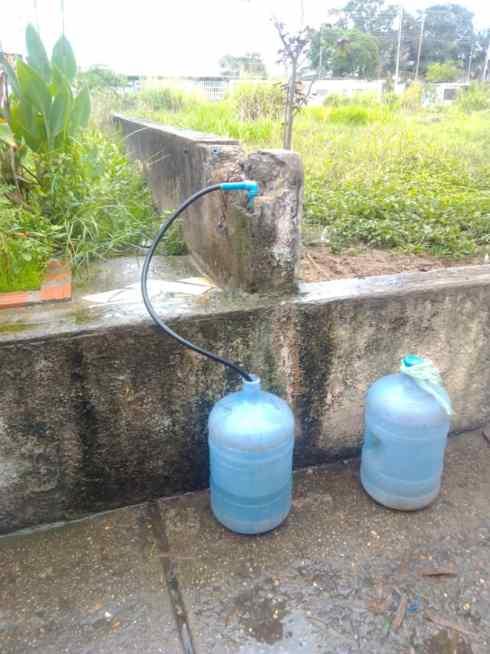 en los guaritos i no quieren seguir cargando agua en tobos 2