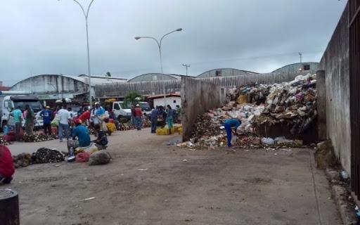 Más de un mes pasan sin recoger la basura en eel mercado de Los Bloques en Maturín