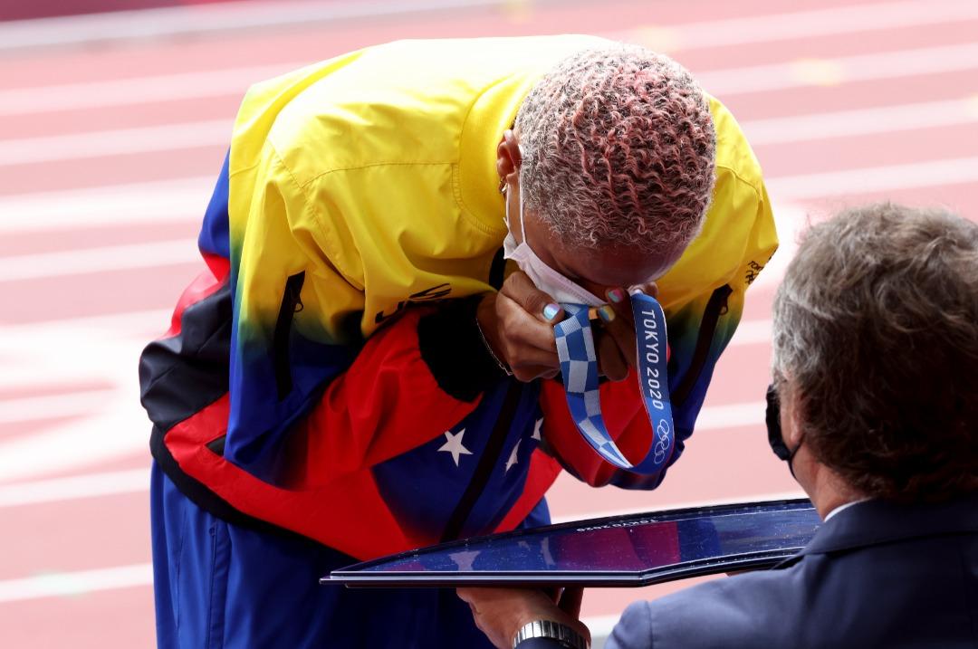 el gloria al bravo pueblo se entono en tokio yulimar rojas recibio su medalla de oro laverdaddemonagas.com e7warezwyai3 o6