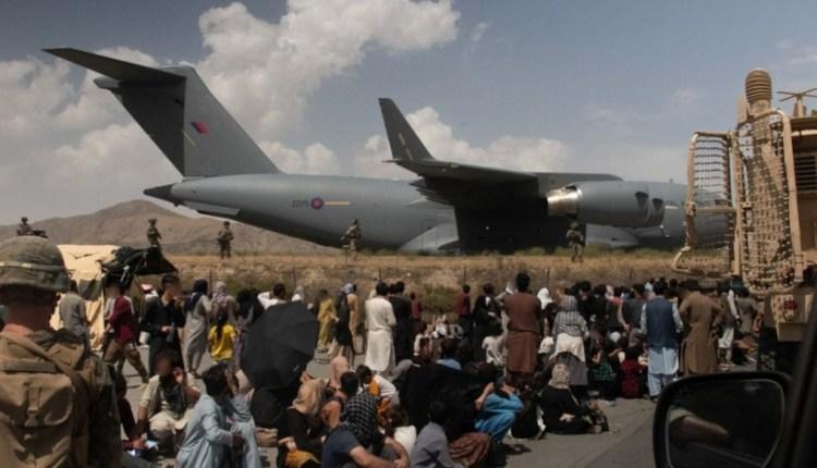 Miles de personas se congregan para intentar salir de Afganistán