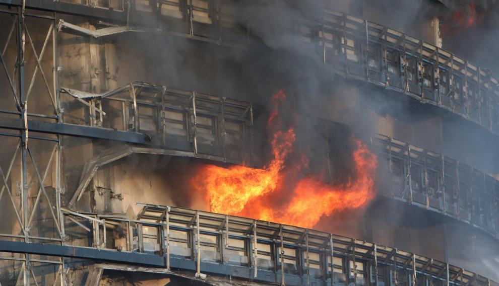 un incendio acabo con un edificio de 20 pisos en milan video laverdaddemonagas.com fire practically destroyed a 15 storey building in milan 2