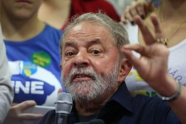 """BRA51. SÃO PAULO (BRASIL), 04/03/2016.- El expresidente brasileño Luiz Inácio Lula da Silva habla durante una rueda de prensa hoy, viernes 4 de marzo de 2016, en la sede del partido de los trabajadores, en Sao Paulo (Brasil). Luiz Inácio Lula da Silva afirmó hoy que se sintió """"prisionero"""" cuando la Policía Federal allanó esta mañana su casa para llevarlo a una comisaría, donde prestó declaración durante más de tres horas. El ex jefe de Estado dijo estar """"indignado"""" por la llegada de los agentes de la policía y tildó de """"lamentable"""" la actuación del """"Poder Judicial"""", en un discurso que pronunció en la sede de la dirección nacional del Partido de los Trabajadores (PT). EFE/LEO BARRILARI"""