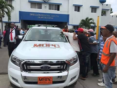 BARAHONA: Gonzalo Castillo entrega 25 motocicletas y una camioneta a P.N.