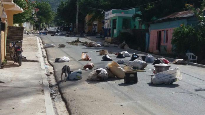 BARAHONA: Desperdicios atestan barrio Enriquillo; lanzan basura a la calle