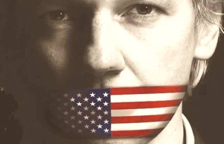 Silenzio da tutta la politica contro l'arresto di Assange, che ora potrebbe anche morire una volta estradato negli Usa. Solo Di Battista si è esposto.