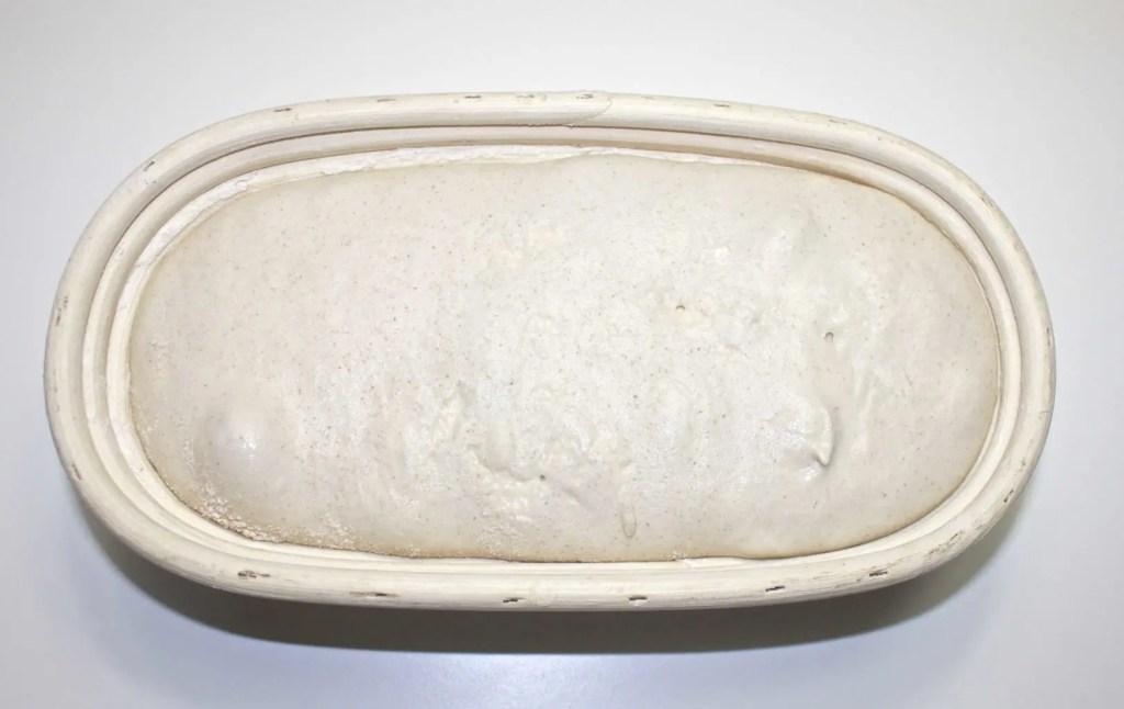 Surdeigsbrød av spelt Speltsurdeig hevekurv lavfodmap