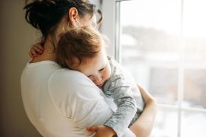 Madre Consolando a su Bebé
