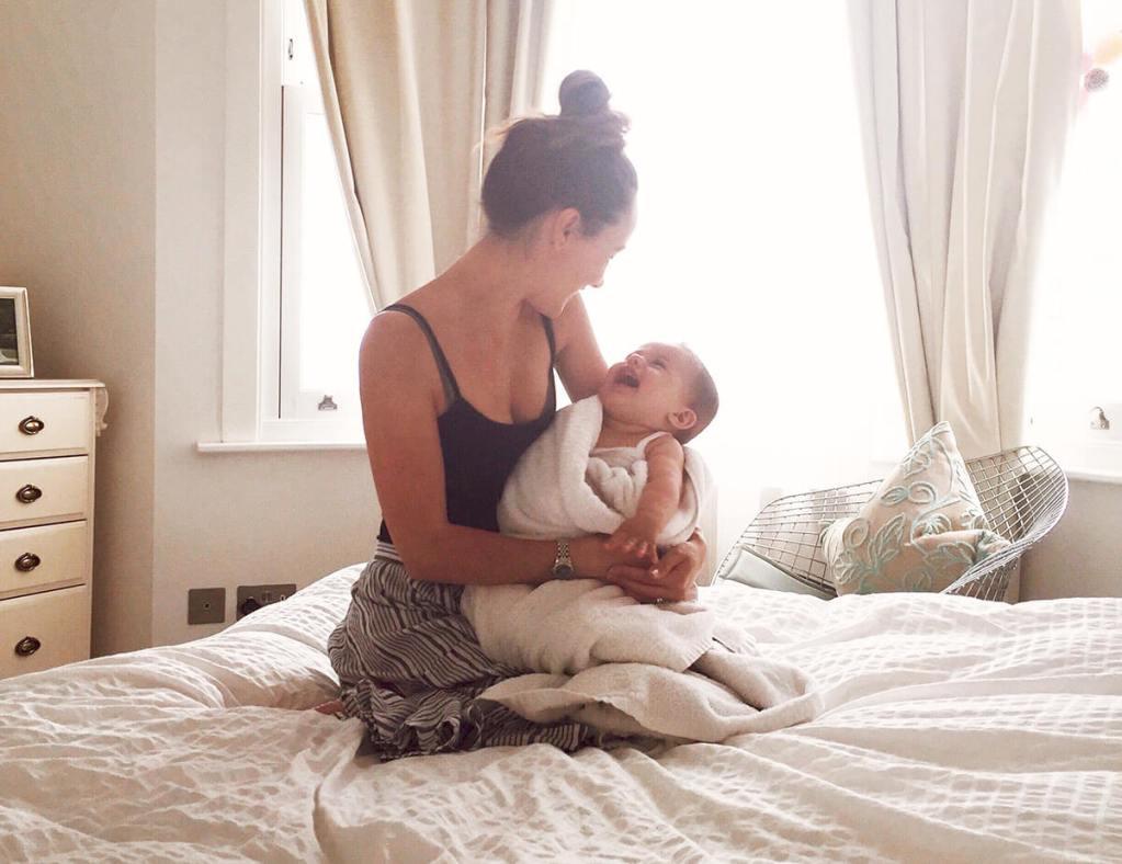 Madre y Bebé sobre la cama