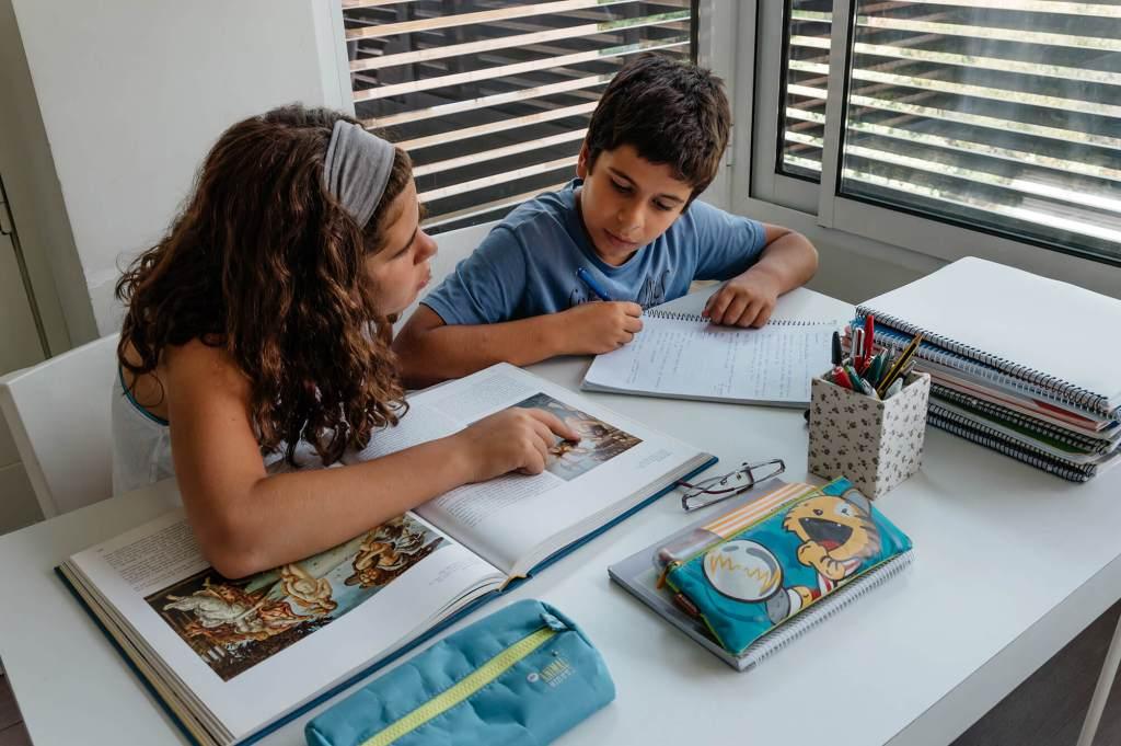 Niños haciendo deberes