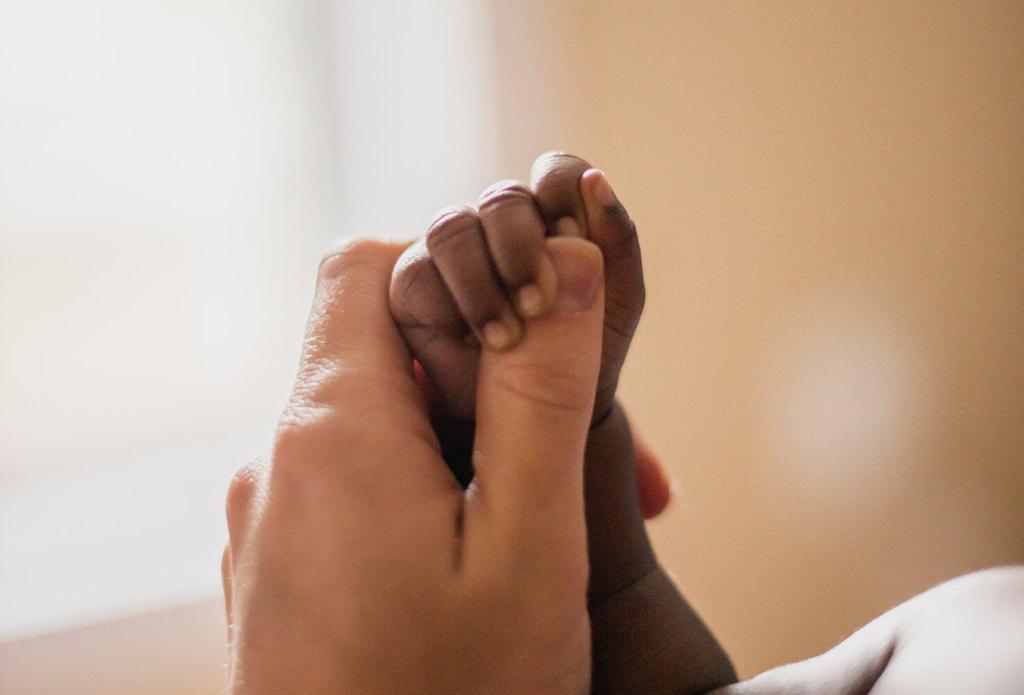Madre y Bebé cogidos de la mano