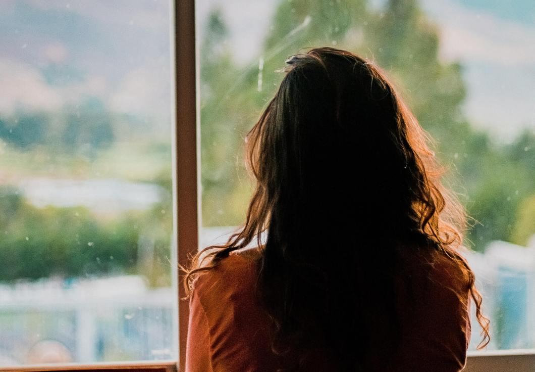 Madre mirando por la ventana