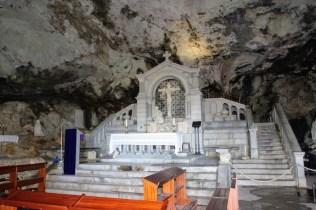 Скромный алтарь грота /// A humble altar in the grotto
