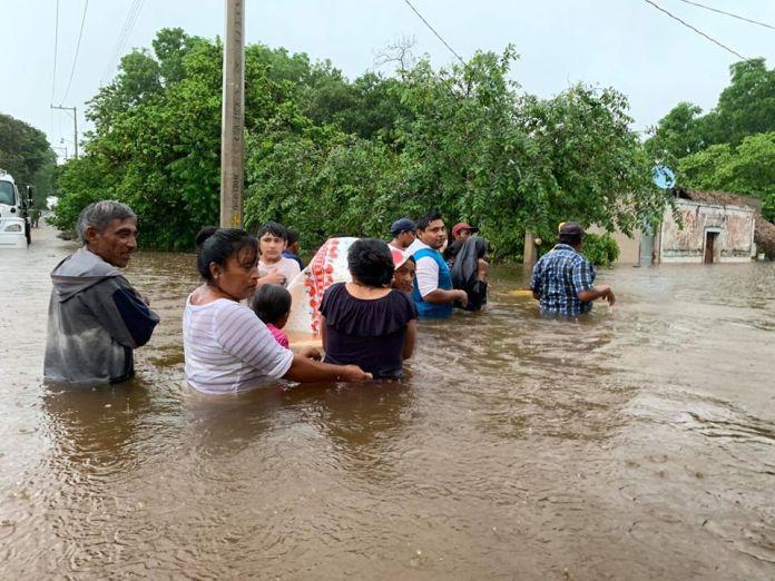 Entre el agua viven las humildes familias del Sur Yucatán a causa de las  lluvias; aún no les llega la ayuda