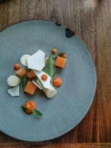 Crème de citron, gelée de pêche, purée d'arbouse, meringue | Restaurant Les 400 coups du Vieux-Montréal