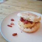 Sandwich déjeuner oeufs et bacon