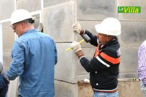 El Concejal, Richard Bernal, ayudó en el montaje de las casas. Foto: Milena Caicedo.