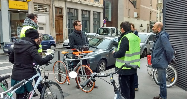 Déploiement d'arceaux vélos sur le Grand Lyon : les élus et LVV sur le terrain !