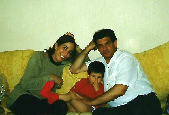 Eva, Pablo y Carlos en su casa en Sevilla