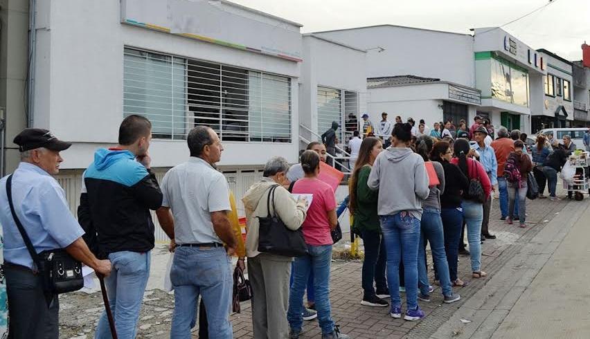 Concejal de Garzón busca que usuarios no hagan fila para sacar ...