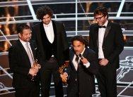 Alejandro G. Inarritu, Nicolas Giacobone, Alexander Dinelaris, Jr. y Armando Bo recoge su Oscar al Mejor Guión Original
