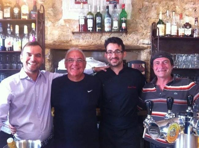 Marco, Jean Jacques, Edward y Stephane el domingo en el bar de Le Crillon-Luberon