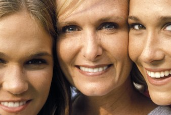 00083-l-family-mother-daughters-macro-1
