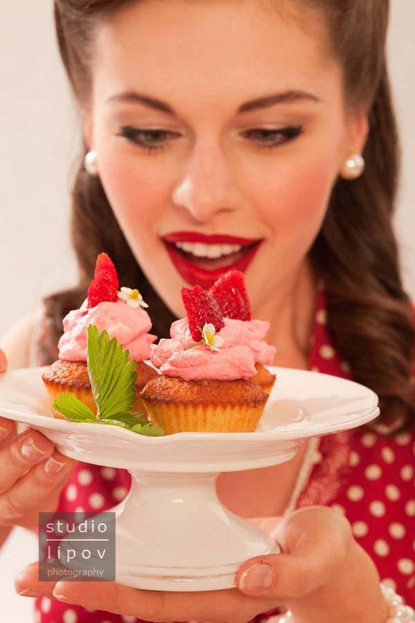 Sweet fifties… Babeczki z truskawkowym kremem.