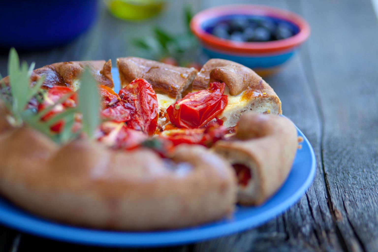 Drożdżowa tarta z karmelizowanymi pomidorami. Konkurs Almette – napięcie rośnie!