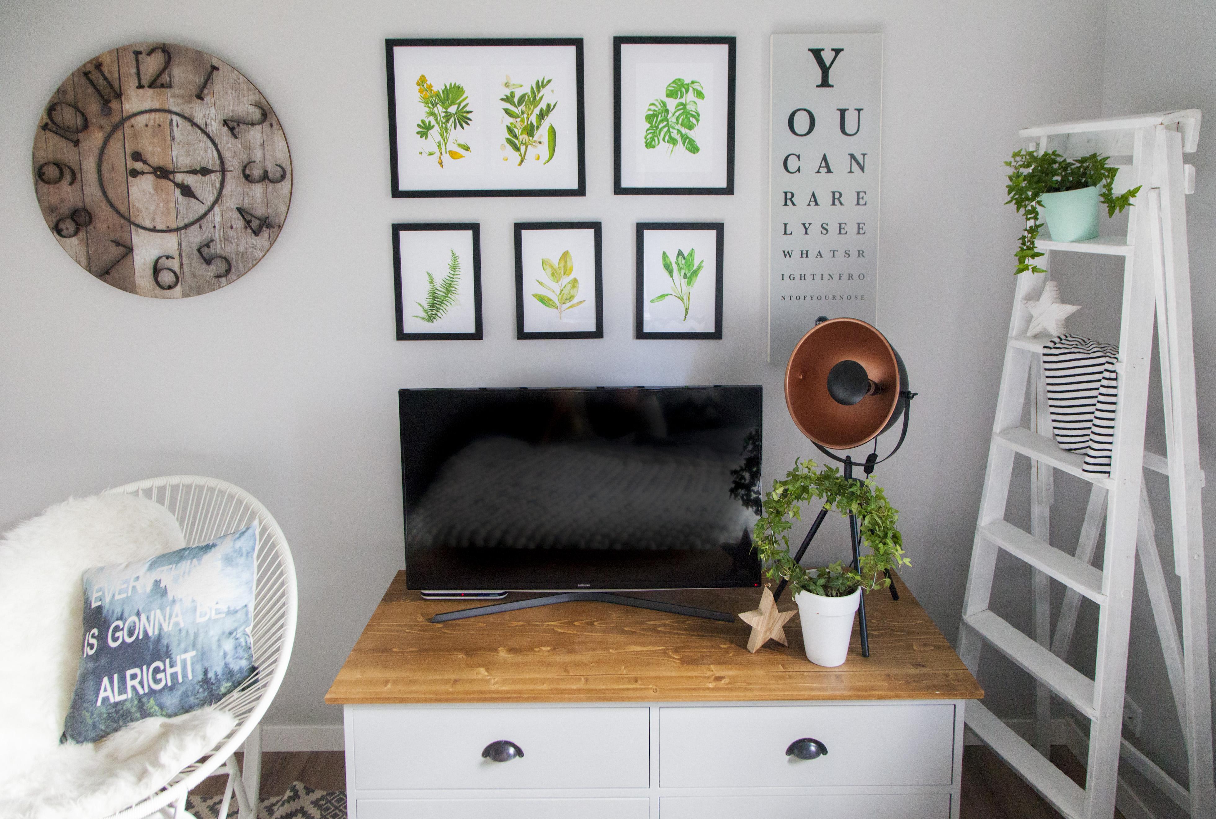 Ściana z telewizorem – 9 pomysłów na aranżację galerii z telewizorem