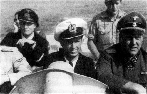SS Sturmbannführer Otto Skorzeny visits Lehrkommando 700 in Venice accompined by the unit's commander Dr Arnim Wandel (centre).
