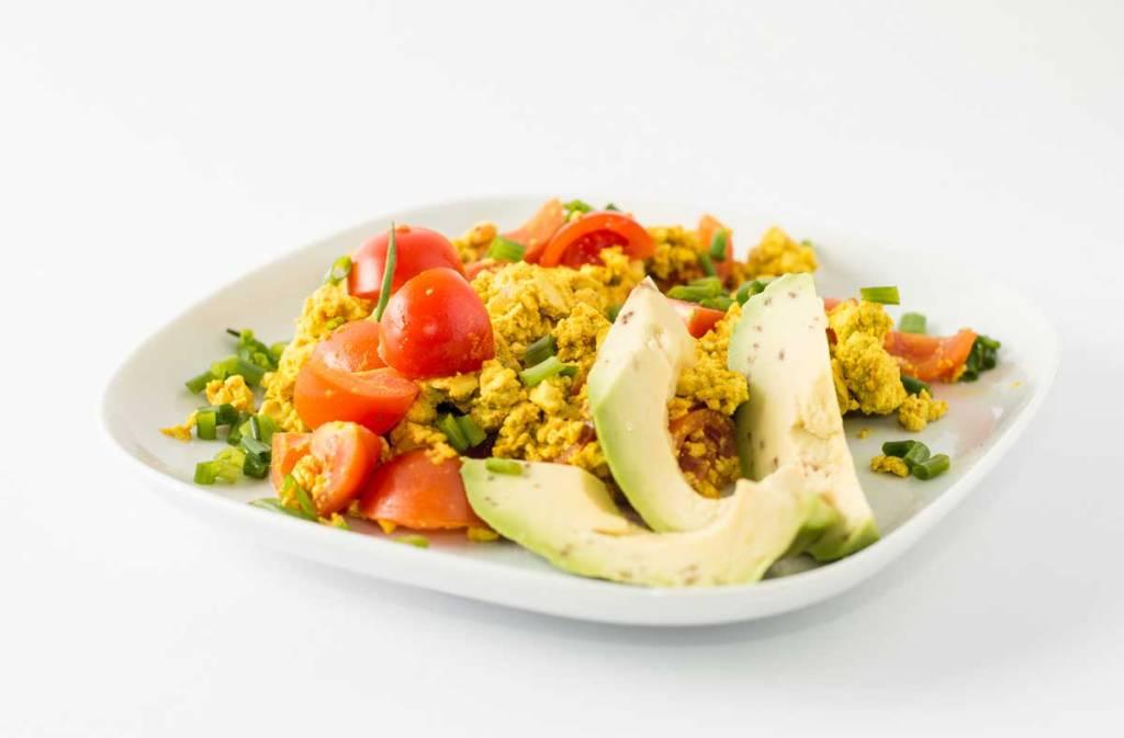 Tofu-Pfanne mit Tomaten, Kurkuma und Avocados