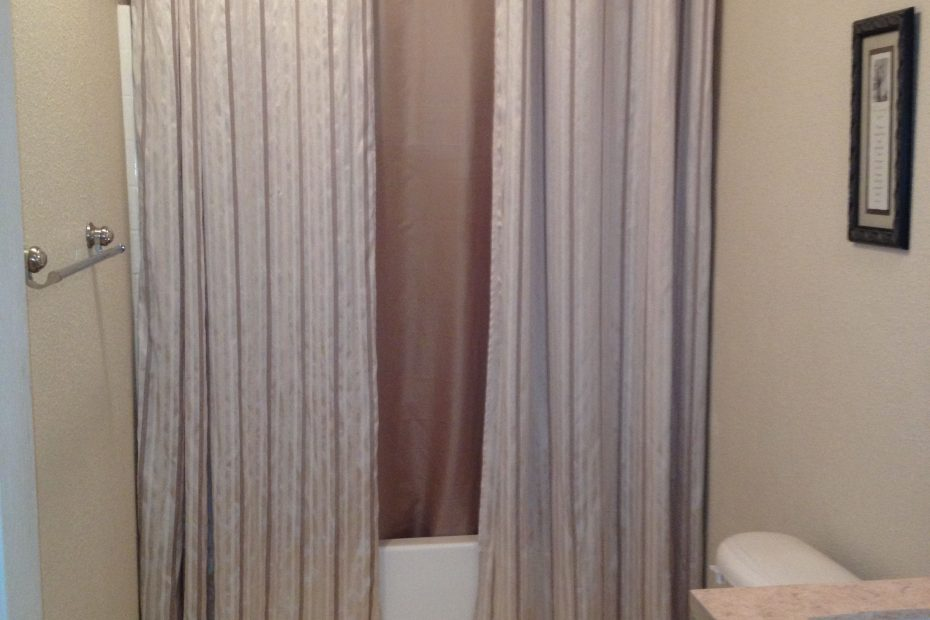 small bathrooms with shower curtains
