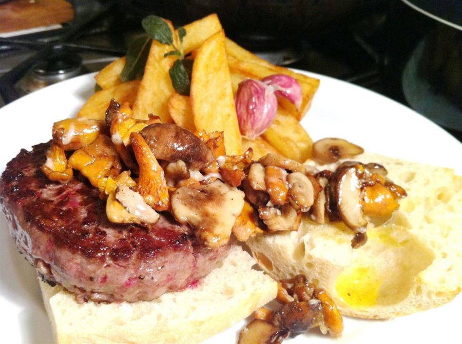 Heston Blumenthals Ultimate Beef Burger with Parmesan Mushrooms, Lay The Table