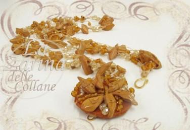 ricamo fiore, ricamo perle di legno, perle particolari, collana legno, gioielli legno, ricamo particolare, legno e cristallo,