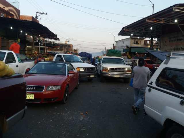Falta de cultura vial y desatención de tránsito estatal y municipal, generan severos problemas en el Mercado de Abasto