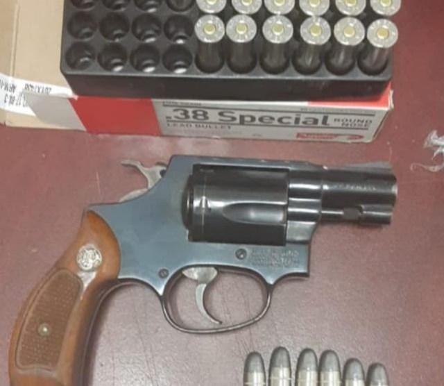 Asegura SSP a cuatro en posesión de un arma, droga, cartuchos útiles y vehículo