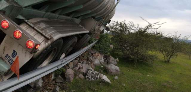 Se accidenta tráiler-pipa en la Morelia-Salamanca