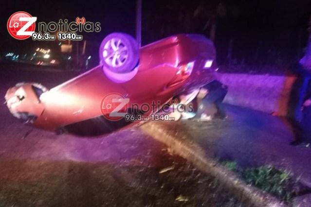 Volcadura deja tres personas lesionadas en Huetamo